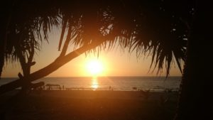 Auringonlasku Karon Beachilla