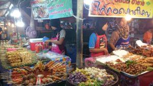 Phuket Townin weekend marketin ruokakojuja