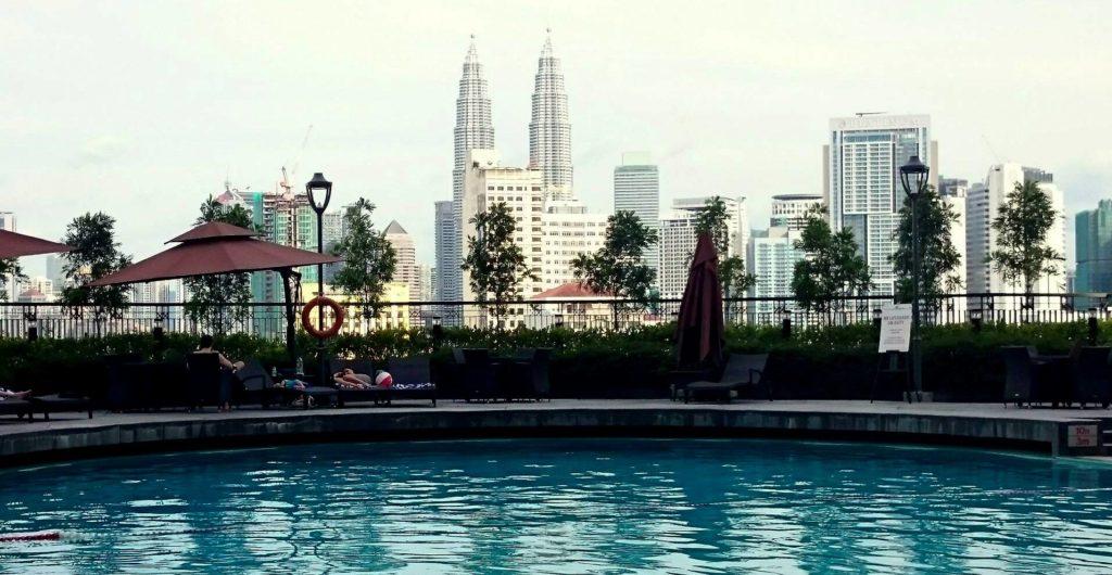 Kuala Lumpurin tärkein maamerkki : Petronas kaksoistornit hotellin altaalta nähtynä