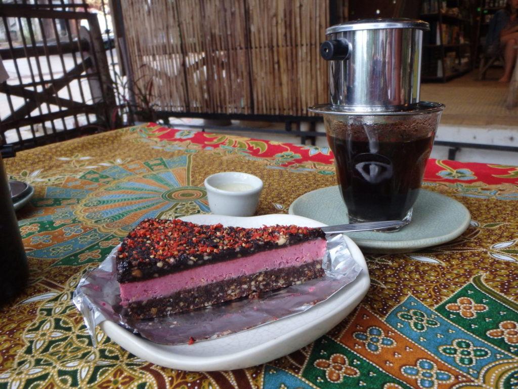 Raakakakku ja kahvi