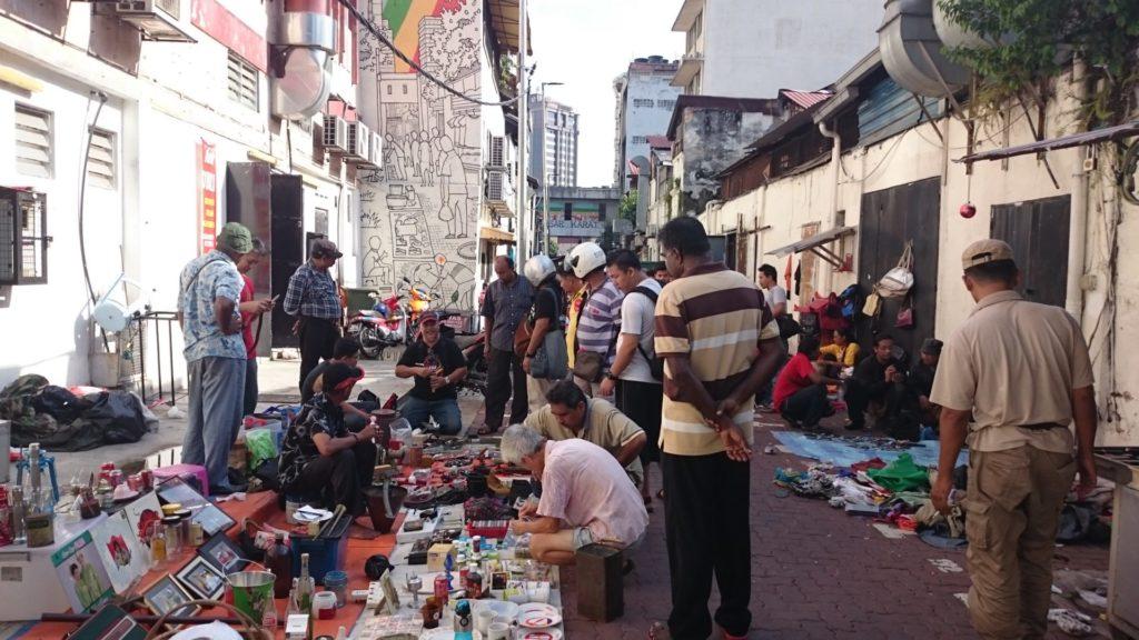 Paikallisten katukirppis China Townin sivukujalla la-aamuna